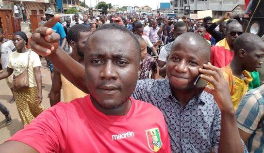 Une marée humaine déferle sur la rue pour protester contre le changement de la constitution